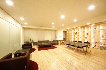 暖かな光があふれる仕事空間の画像